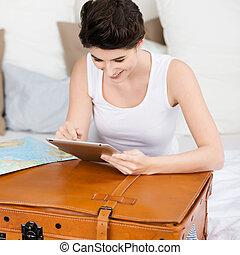 mulher, viaje destino, procurar, digital, mala