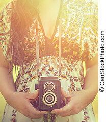 mulher, vindima, imagem, mãos, câmera, retro, segurando, ao ar livre