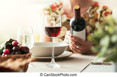 mulher, vinho, leitura, etiqueta