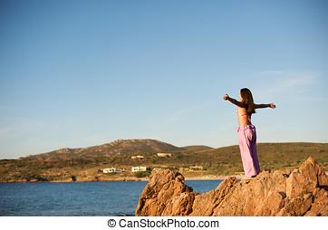 mulher, vista, mar, relaxante, rocha