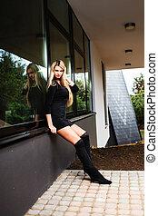 mulher, windowsill, sentando, shortinho, pretas, loiro, vestido