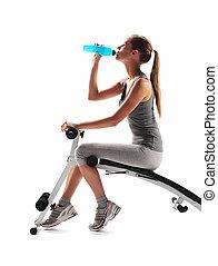 mulher, workout., jovem, bebendo, sedento, condicão física, após
