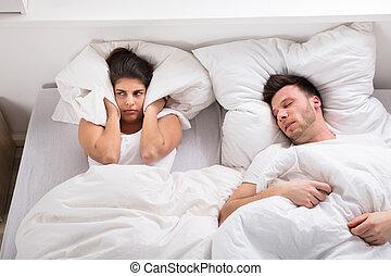 mulher zangada, roncar, marido, cama