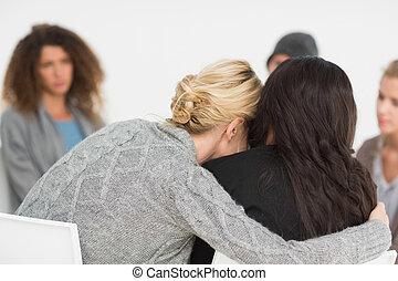 mulheres, abraçar, em, rehab, grupo, em, terapia