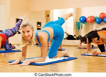 mulheres bonitas, exercitar, em, clube aptidão