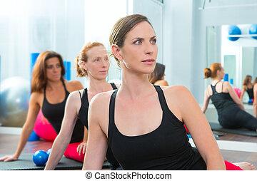 mulheres bonitas, grupo, uma fileira, em, aeróbica, classe