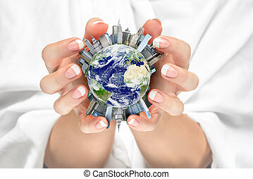 mulheres, cradling, terra, cidade, em, dela, mãos