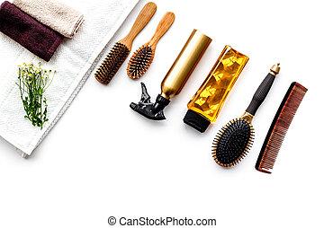mulheres, cuidado cabelo, set., pente, shampoo, pulverizador, toalha, branco, fundo, vista superior, copyspace