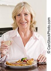 mulheres, desfrutando, refeição, com, um, vidro vinho