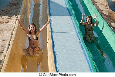 mulheres, em, biquíni, ligado, água piscina, escorregar