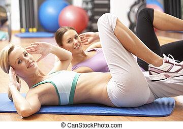 mulheres, fazendo, esticar, exercícios, em, ginásio