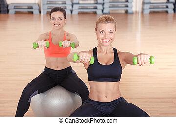 mulheres, fazendo, pesos, condicão física, ligado, bolas