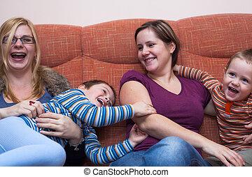 mulheres felizes, com, crianças