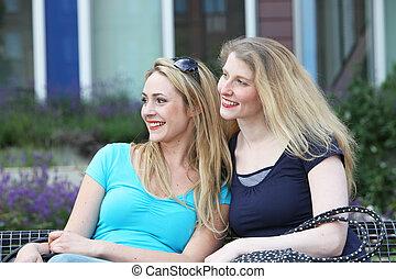 mulheres felizes, sol, sentando