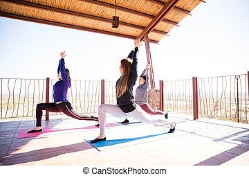 mulheres, grupo, fazendo, ioga, em, classe
