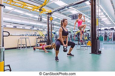 mulheres, grupo, treinamento, em, um, crossfit, circuito