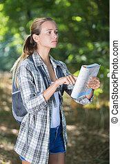 mulheres, hiker, cheques, mapa, para, achar, direções, em, selva