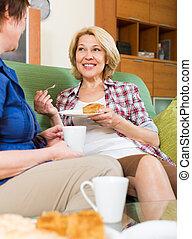 mulheres idosas, tabela, com, chá