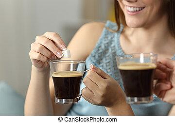 mulheres, jogar, açúcar, em, um, xícara café