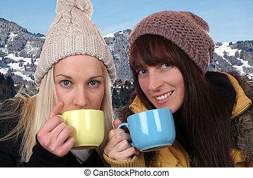 mulheres jovens, bebendo, xícara chá, ao ar livre, montanhas