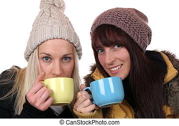 mulheres jovens, bebendo, xícara chá, em, inverno