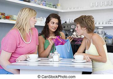 mulheres jovens, tendo, chá, em, um, café