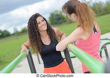 mulheres, ligado, ao ar livre, exercite equipamento