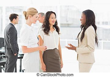 mulheres negócios, falando, junto, em, quarto conferência