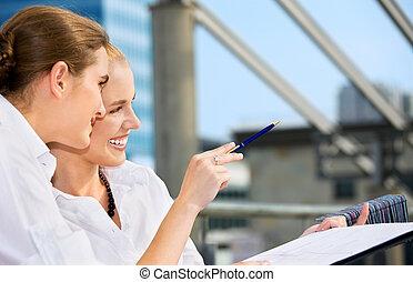 mulheres negócios, feliz, papel, mapa, dois