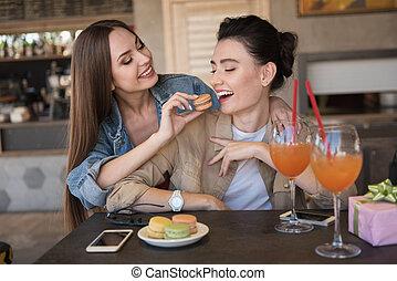 mulheres risonho, e, comer, biscoitos