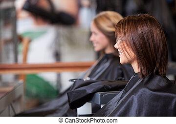 mulheres, sentando, em, salão beleza