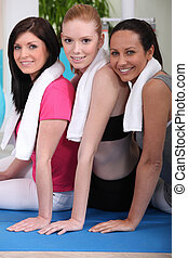 mulheres, tapete, exercício, sentando