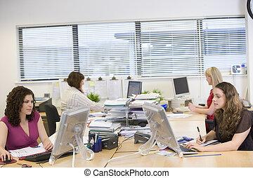 mulheres, trabalhando, em, um, escritório