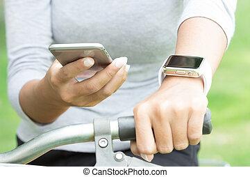 mulheres, usando, aplicação, ligado, telefone móvel, 6, e, mão, relógio, tecnologia