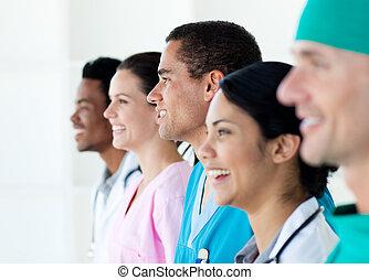 multi-étnico, equipe médica, ficar numa linha