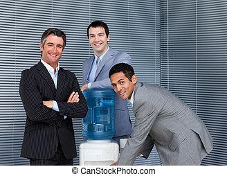 multi-étnico, equipe negócio, em, geladeira água