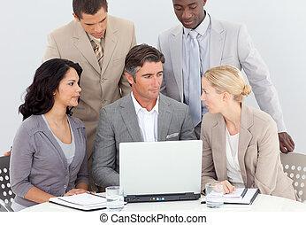 multi-étnico, equipe negócio, trabalhando, em, escritório, junto