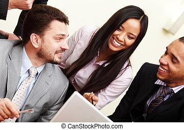 multi étnico, equipo negocio, en, un, meeting., interacting.