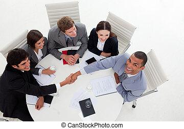 multi-étnico, pessoas negócio, apertar mão