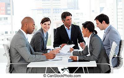 multi-étnico, pessoas negócio, disscussing, um, orçamento, plano
