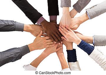 multi étnico, pessoas negócio, empilhando mãos