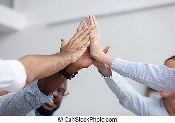 multi, business, donner, ensemble, haut haut, cinq, ethnique, fin, équipe