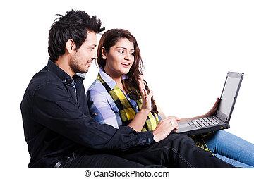 multi, couple, ethnique, jeune, isolé, blanc, utilisation, blanc, ordinateur portable, heureux