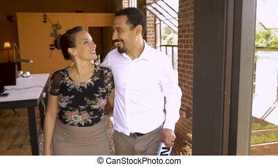 multi, couples affaires, tient, signe, leur, séduisant, ethnique, petit, ouvert