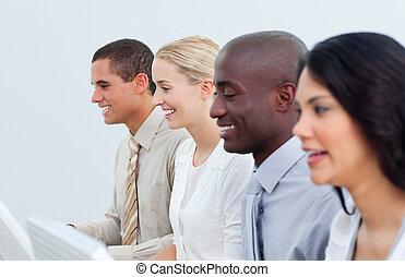 multi-culturel, équipe, business, bureau fonctionnant