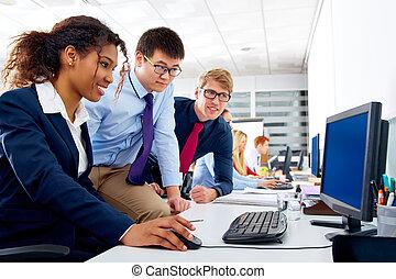 multi, empresarios, étnico, joven, trabajo en equipo, equipo
