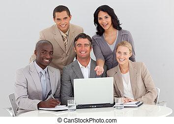 multi-ethnic, ügy sportcsapat, dolgozó, alatt, hivatal