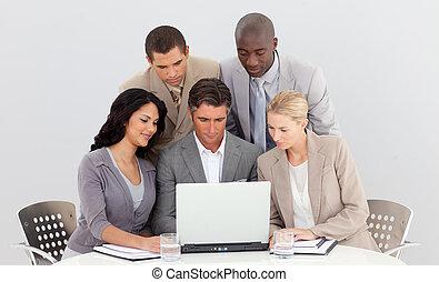 multi-ethnic, ügy sportcsapat, dolgozó, noha, egy, laptop, együtt