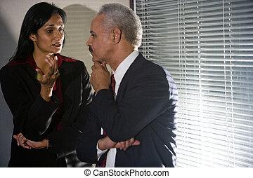 multi-ethnic, businesspeople, posiadanie, dyskretny, rozmowa, w, róg, od, spotkanie pokój