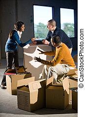 multi-ethnic, businesspeople, preparando, nuevo, espacio de la oficina
